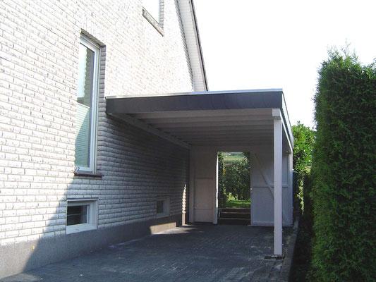 Beispiel-Nr. WA-18   Wandcarport KÖLN an einem Einfamilienhaus. Schieferumrandung als Extra.