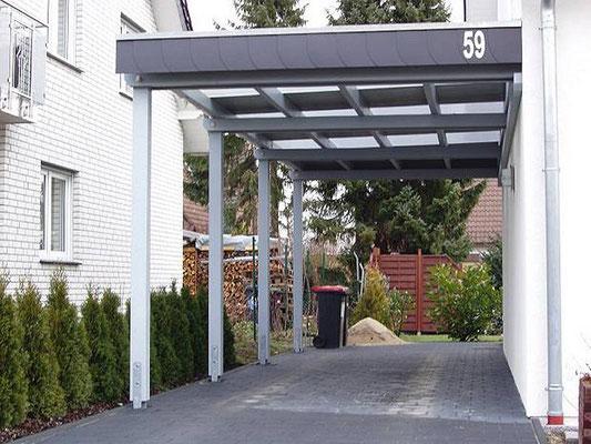 Beispiel-Nr. WA-4    KÖLN-Wandcarport an einem Wohnhaus in Ostwestfalen. Dacheindeckung Trapezplatten im Wechsel  mit Lichtplatten für besseren Lichteinfall.