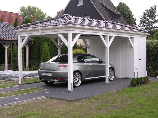 Beispiel-Nr. RHO-1    Schickes Walmdach-Carport RHÖN, hier mit Gerätekammer im Ruhrgebiet gebaut.