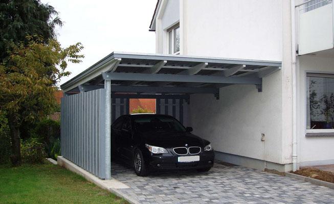 Beispiel-Nr. WA-9    KÖLN-Wandcarport hier in Sonderausführung mit Stahlpfosten an einem 2-Familienhaus im Lippischen.
