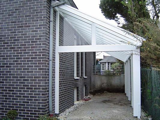Beispiel Nr. GD20   Glasüberdachung für PKW an einem Einfamlienhaus Nähe Frankfurt. Hier wurde auch das Giebeldreiecke über der Zufahrt verglast. Eventuell soll zu einem späteren Zeitpunkt ein Garagentor nachgerüstet werden.