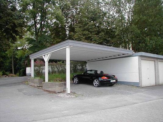 Beispiel-Nr. WA-12    KÖLN-Doppelcarport mit Wandanschluss an der vorhandenen Massiv-Garage. Stützenanpassung an das Gelände.