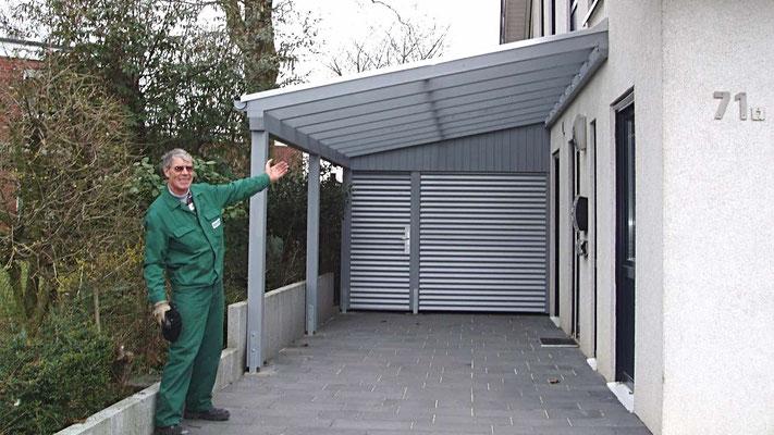Beispiel Nr. GD14   Freudestrahlender Lippe-Carport Monteur nach getaner Arbeit. Der Bauherr kann einparken.