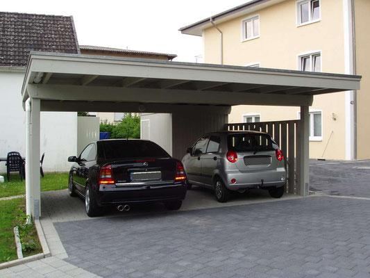Beispiel-Nr. MGR-11   Freitragendes Doppelcarport MÜNCHEN-GR mit  hintergebauter Gerätekammer. L-Form Grundriss.