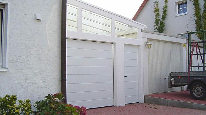 Beispiel Nr. GD2.3   Glasdach-Carport mit Sektionaltor und ansichtsgleicher Nebentür.