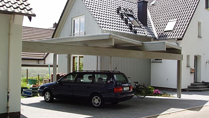 Beispiel Nr. SOC12   Freitragende Carport Überdachung, schräge Dächer, Holzlasur Silbergrau ähnlich wie am Wohnhaus.