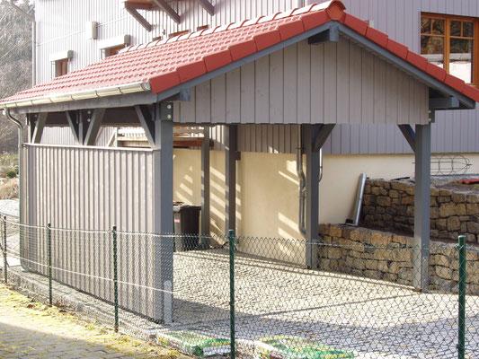 Beispiel-Nr. MST-18.2   MÜNSTER Carport mit roter Ziegeleindeckung. Die Seitenwand-Optik entspricht der Holzfassade am Wohnhaus.