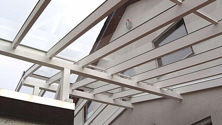 Beispiel Nr. GD3.3   Glasdach-Carport Konstruktion aus weiß kolorierten Leimschichtbalken.