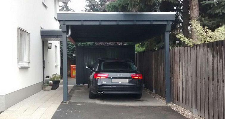 Beispiel-Nr. BR-6  Bremen-Carport geliefert nach Berlin. Hier wurde ein Haustürvordach angebaut. Rückwand durch 2flg. Tür.