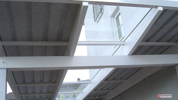 Beispiel Nr. GD24.3    Durch den Glaseinsatz fällt viel Licht in das Carport.