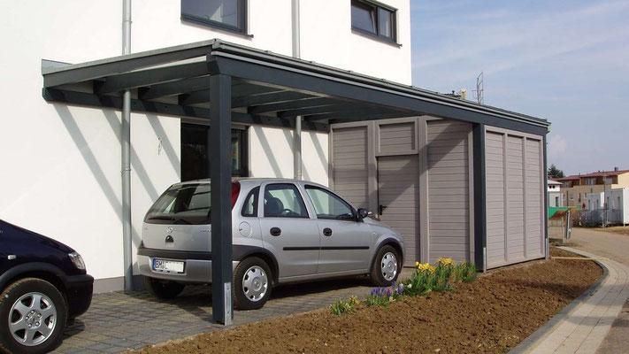 Beispiel Nr. GD17    LIPPE-Glasdach-Carport mit Gerätekammer, montiert in einer modernen Neubausiedlung.