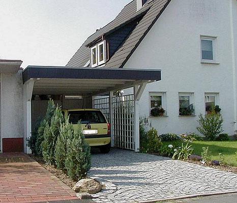 Beispiel-Nr. BR-21  Ein weißes  Einzelcarport BREMEN mit Schieferblende an einem Wohnhaus in Minden.