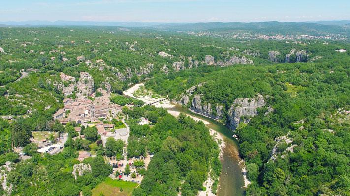 Vue aérienne de Labeaume en sud Ardèche