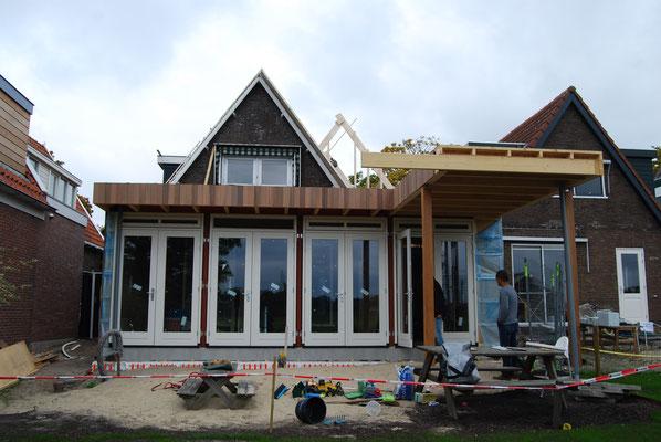 Tuingevel met nieuwe uitbreiding tijdens de bouw