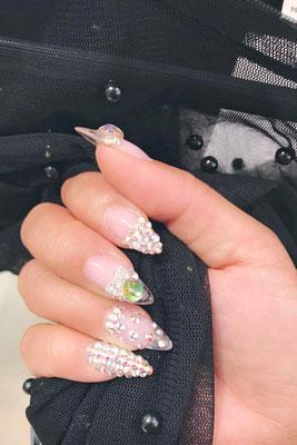 Natürliche Nägel mit Strass und Perlen Applikationen