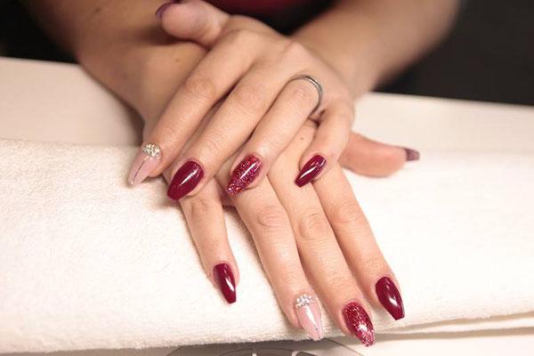 Mandelförmige Nägel in rot und nude