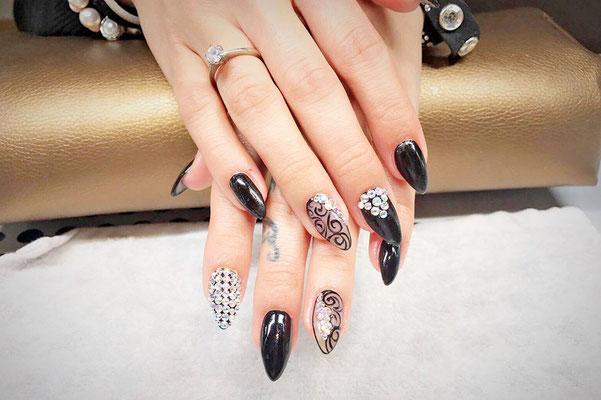 Variierendes Nageldesig mit schwarz silber Muster