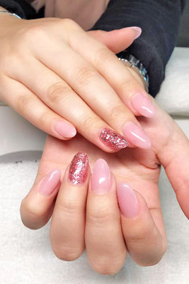 Spitz zulaufende Nägel in nude mit rose Glitter
