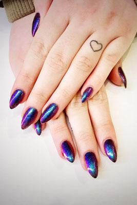 Spitze Nägel in changierendem lila-grün mit Holo Optik