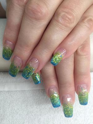 French Nails mit grün-silber Glitzer