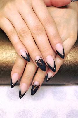 Nägel in nude mit schwarz silber Design Elementen