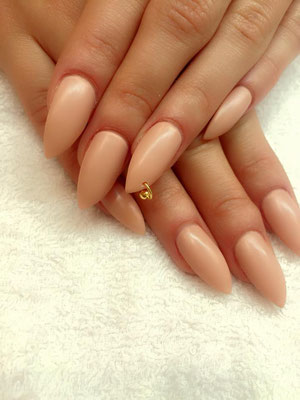 Stiletto Nails in nude mit Piercing in gold