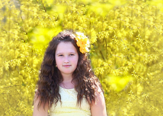 Spring, yellow, girls and forsythia. Spring photo session. Photographer Gosia & Steve Tudruj Servis Pa, NJ, NY 215-837-6651 www.momentsinlifephoto.com Specializing in wedding photography, event, portrait