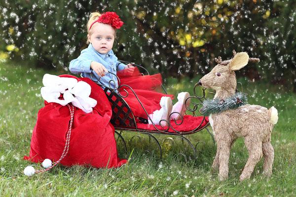 Holidays. Family Christmas time photo session. Christmas in the park photo shot. Christmas images.   Photographer Gosia & Steve Tudruj 215-837-6651 Studio - Southempton, Philadelphia,  Pa.  Servis NJ, PA. Bucks County PA. www.momentsinlifephoto.com
