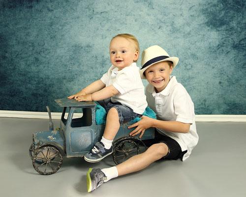Brathers photo session. Kids photo shot. www.momentsinlifephoto.com Photographer PA, NJ, NY Gosia Tudruj 215-837-6651