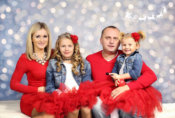 Holidays. Christmas time. Christmas mini session. Kids. Children. Family.  If you are interested, please message me🎅🎅🎅 Photographer Pa, NJ, NY - Gosia & Steve Tudruj 215-837-6651  Studio - Philadelphia. Pa 19116  www.momentsinlifephoto.com