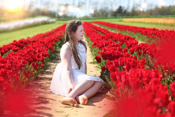 Spring time. Tulips Session Girl Photo Shoot. Photographer Gosia & Steve Tudruj Servis PA, NJ, NY 215-837-6651 www.momentsinlifephoto.com Specializing in wedding photography, event, portrait