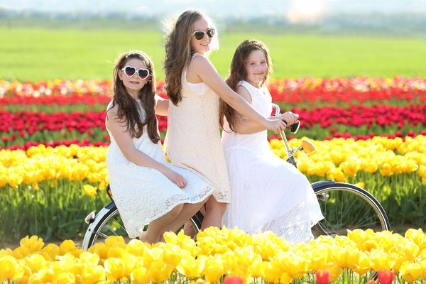 Girl , tulip and bicycle. Spring time & Tulips Session. Girl Photo Shoot. Photographer Gosia & Steve Tudruj Servis PA, NJ, NY 215-837-6651 www.momentsinlifephoto.com Specializing in wedding photography, event, portrait