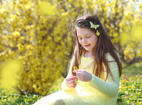 Spring, yellow, girls and forsythia. Spring photo session. Photographer Gosia Tudruj Pa, NJ, NY 215-837-6651 www.momentsinlifephoto.com Specializing in wedding photography, event, portrait