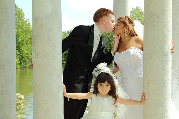 Professional wedding photographers  Gosia & Steve Tudruj 215-837-6651 Photographer PA, NJ, NY, MD, DE Specializing in wedding photography, event. Book Your Free Consultation Today! www.momentsinlifephoto.com    photo kissing