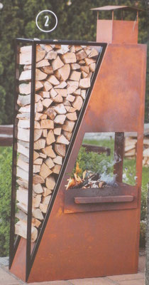 Feuerstelle: Holzregal mit Kamingrill