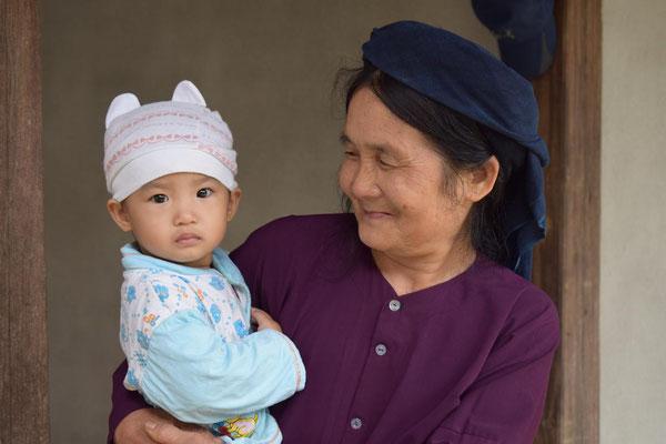 Grand-mère de l'ethnie thaï et sa petite-fille - Lac Ba Be - Vietnam