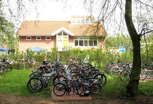 Platz für jede Menge Fahrräder und PKWs