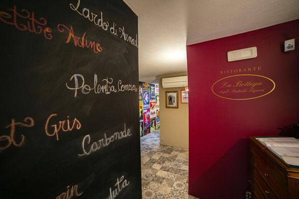 Bottega Antichi Sapori Aosta, rivestimento in pellicola adesiva. Design Max Rizzolo Matrix Visual