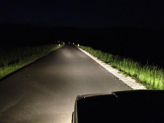 Man erkennt hier sehr schön die einzelnen Lichtkegel und die hohe Reichweite der Zusatzscheinwerfer.