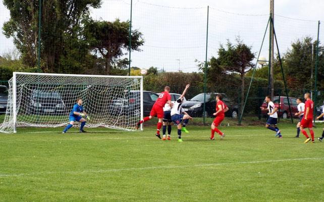 8ème : le ballon se dirige dans le but, le gardien ne peut que le toucher. 0 - 1