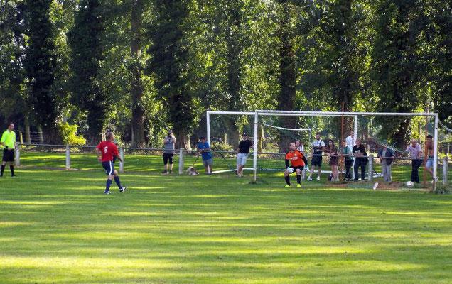Tir au but réussi pour Antoine Marque prenant à contre pied le gardien. 0 - 1