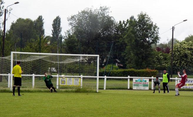 Clément Quillet repousse le tir au but du capitaine d'Harondel 1 - 1