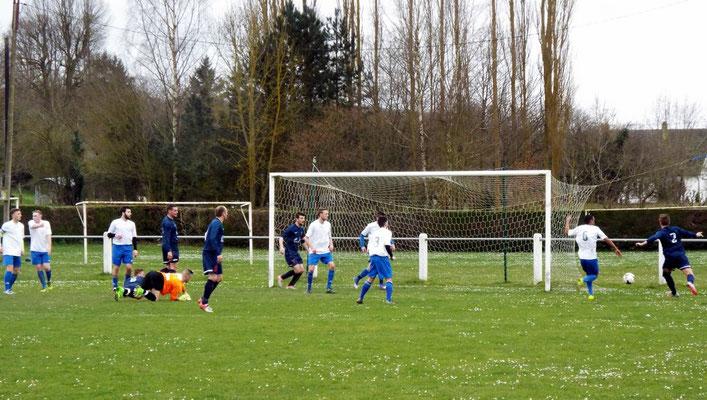 40ème : Bastien Cagny n° 2 marque mais l'arbitre va estimer que le ballon n'a pas totalement franchi la ligne après le dégagement du défenseur