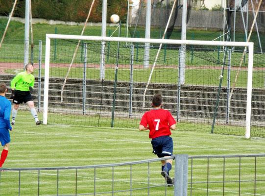 27ème : tir lobé de Pierre Devaux, le ballon va passer juste au-dessus  de la transversale alors que le gardien abbevillois est battu