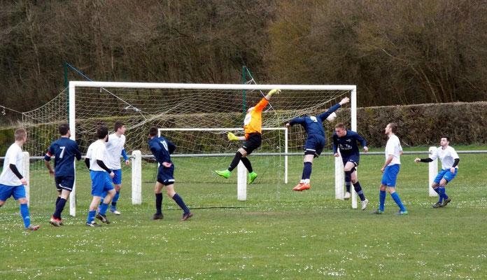 48ème : les attaquants ne peuvent couper la trajectoire du ballon; la défense se dégage