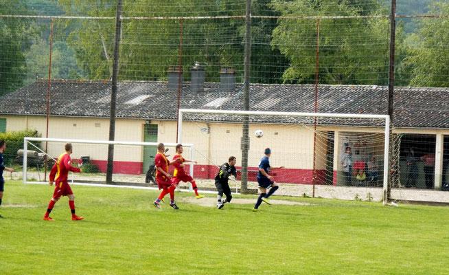 54ème : tête de Miguel Farcy pour le troisième but. 1 - 3
