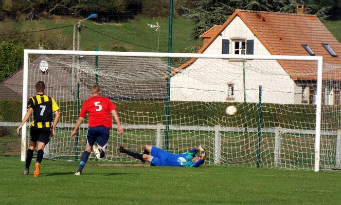 57ème : pénalty pour Friville; Grégory Lecompte touche le ballon mais ne peut l'arrêter. 3 - 1