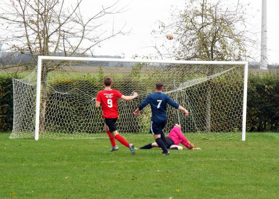 17ème : Grégory Lecompte n'a rien pu faire sur la frappe et voit le ballon retombé dans le but. 1 - 0