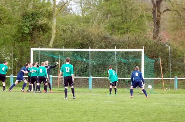 42ème : superbe tête de Thibaud Beuvin (hors photo côté gauche); le ballon atterrit dans le petit filet opposé. 1 - 3