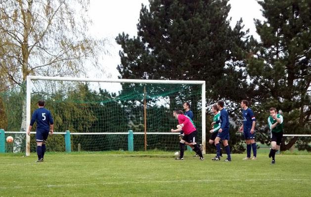 32ème : l'attaquant prend le dessus sur la défense de l'AS2A et réduit le score. 1 - 2
